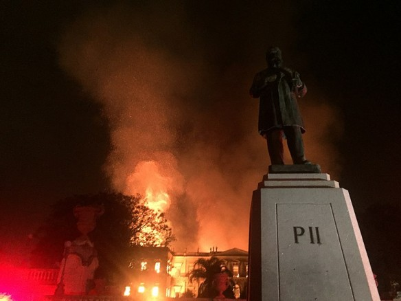 Brand des Brasilianischen Nationalmuseums, im Vordergrund das Denkmal Kaiser Pedros II.  [Foto: Felipe Milanez, Wikimedia (https://commons.wikimedia.org/w/index.php?curid=72403076)]