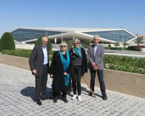Claudia Lux (zweite von links) mit Besuchern vor dem Gebäude der Qatar National Library